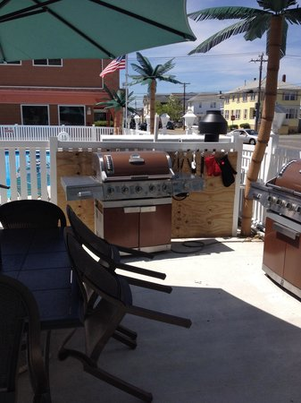 Dolphin Inn: Two grills and all the utensils you need