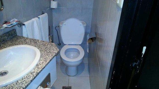 Hotel Riazor Coruna: Das WC in Zi 601 ist nicht für korpulente Menschen.
