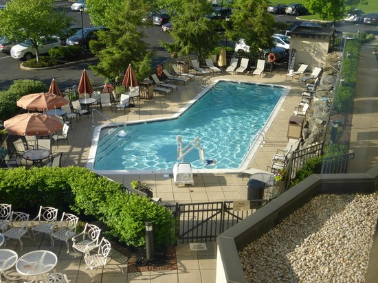 Hampton Inn Lancaster: Pool from our room