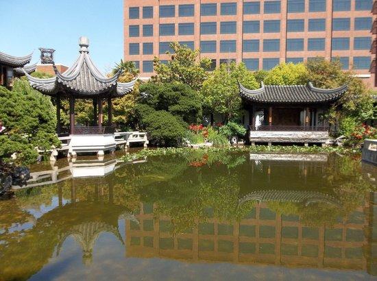 Lan Su Chinese Garden: Lan Su Chinese Amid the Modern City
