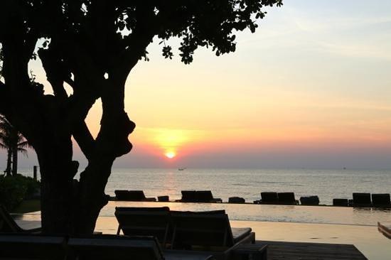 Devasom Hua Hin Resort: Another perfect sunrise.