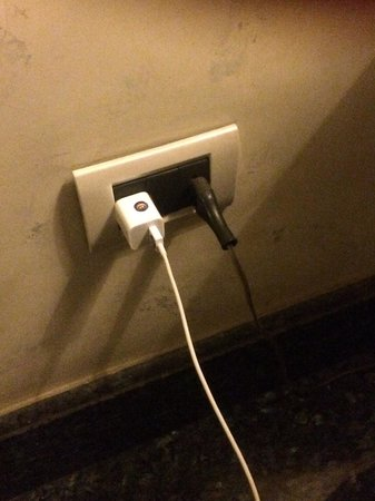 Hotel Monte Real: Yes my iPhone charger works in their plugs!!
