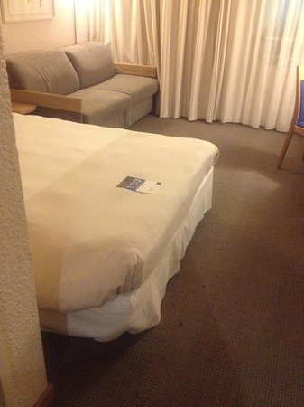 Novotel Paris Est: bed and dirty carpet