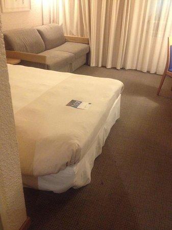 Novotel Paris Est : bed and dirty carpet