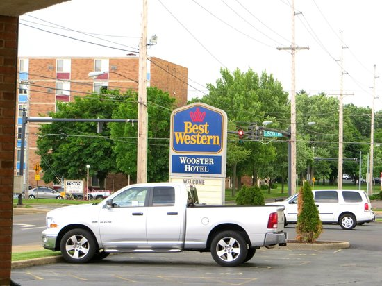 BEST WESTERN Wooster Hotel: Parking lot entrance on Rt. 302