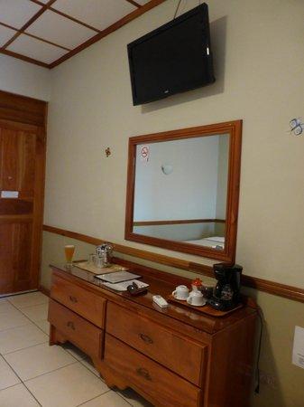 Adventure Inn : Dresser & TV