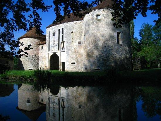 Commanderie de la Romagne : la rivière au pied du bâtiment du pont-levis où se trouvent les chambres