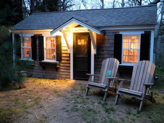Cottage Grove : cottage 8 at night