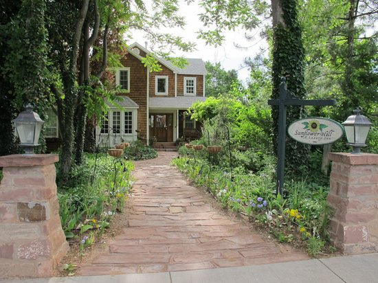 Sunflower Hill, A Luxury Inn: Entrance leading to the Garden Cottage and check-in.