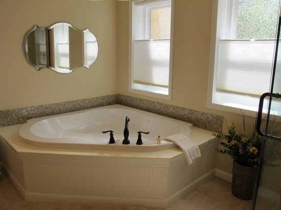 Sunflower Hill, A Luxury Inn: Sunporch Room's jetted tub.
