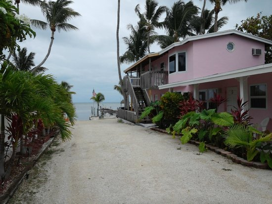 Sands of Islamorada Hotel: View from parking area to ocean