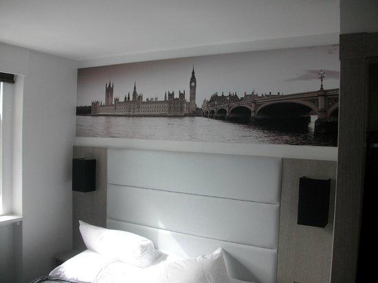 The Omega Hotel: La parete del letto