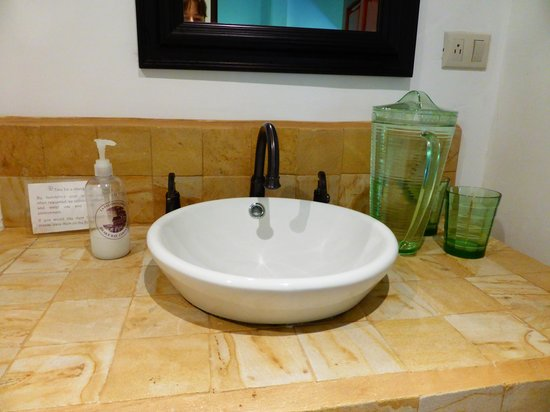 La Paloma Lodge: Pitcher of fresh water provided in sink area