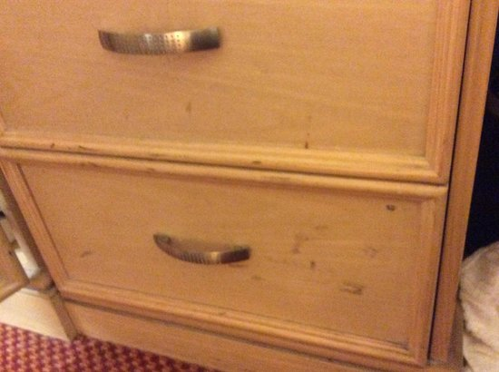 Park Inn by Radisson Cardiff City Centre: Dirty drawer front