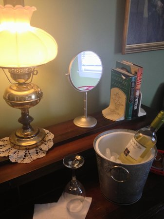 Carisbrooke Inn Bed and Breakfast: wine and treats!