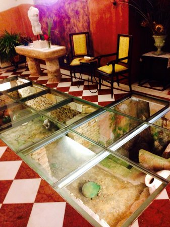 SA Romana: Restaurant glass floor entrance. It gives a nice first impression when you enter.