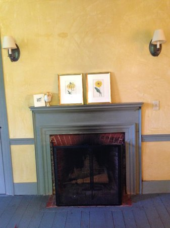 The Old Inn on the Green: Lovely fireplace in room 203