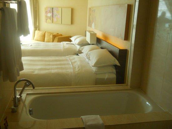 Sheraton Nha Trang Hotel and Spa: room and bathtube