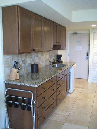 Luana Waikiki Hotel & Suites: Kitchen area