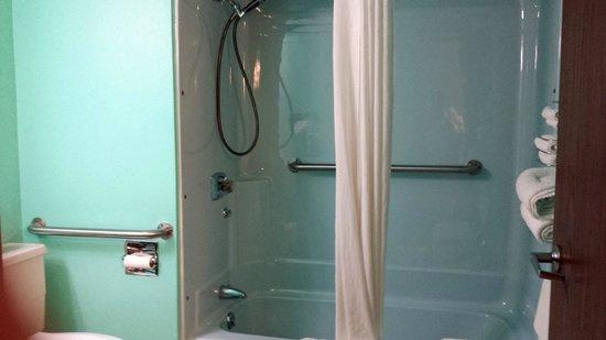 Super 8 Rapid City Rushmore Rd: Handicap Bathroom, Ample bars, but regular tub