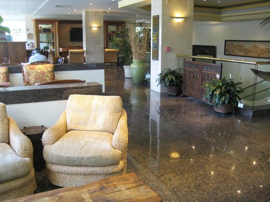 Luana Waikiki Hotel & Suites: Mezzanine lounge/bar