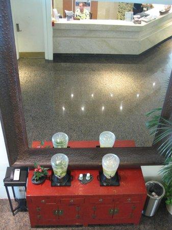 Luana Waikiki Hotel & Suites: Mirror in lobby