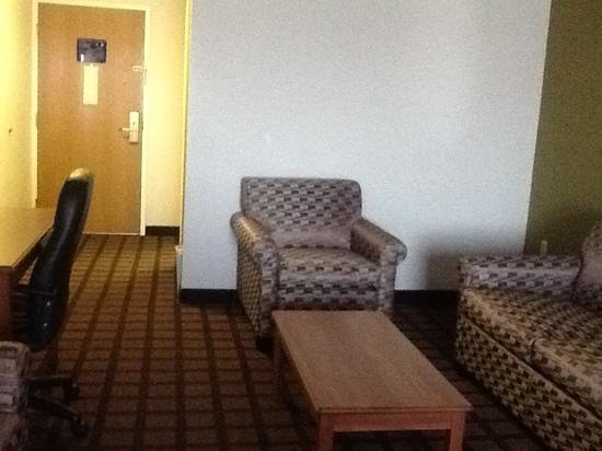 BEST WESTERN Inn & Suites - Midway Airport: comfy sitting area in room