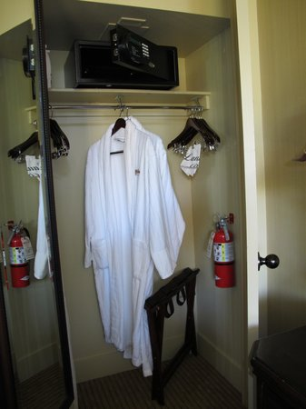 Rustic Inn Creekside Resort and Spa at Jackson Hole: Cabin 129 - closet space and safe.