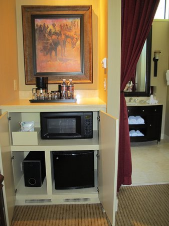 Rustic Inn Creekside Resort and Spa at Jackson Hole: Cabin 129 - mini fridge and microwave.