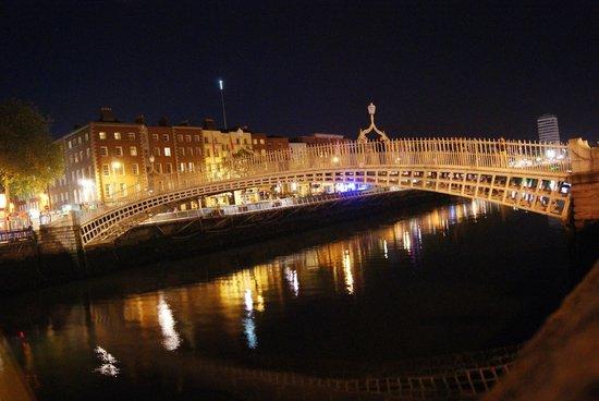 Puente Halfpenny Bridge: Il ponte con le luci notturne