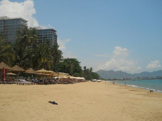 Sheraton Nha Trang Hotel and Spa: hotel beach