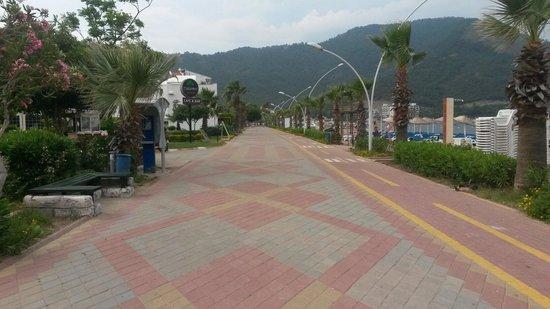 Hotel Cettia Beach Resort: Glorious walk back from icmeler . .