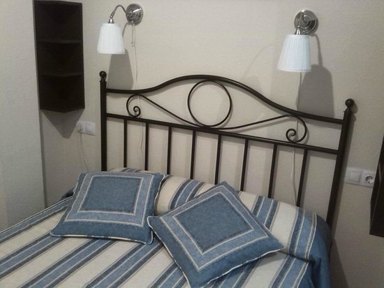 Hostal El Pilar: cama grande