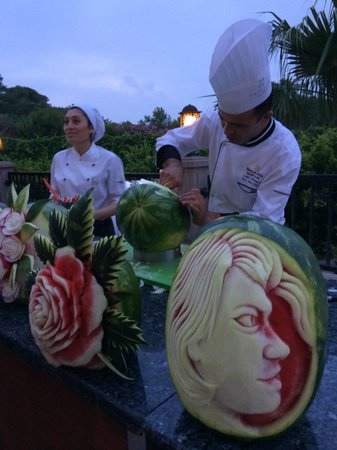Papillon Zeugma Relaxury: Decorative melon cutting display at evening restaurant