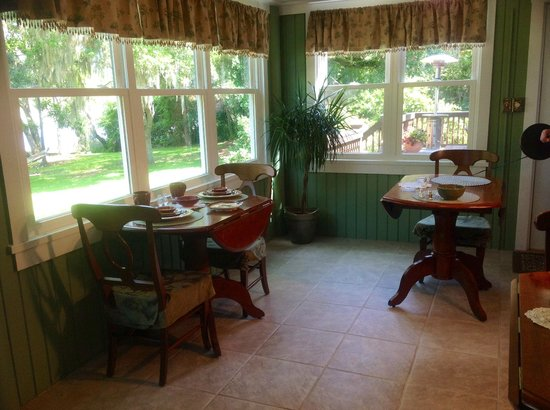 Plantation Oaks Inn: Breakfast with cozy tables for two