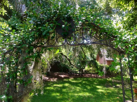 Plantation Oaks Inn: Archway to our Dock