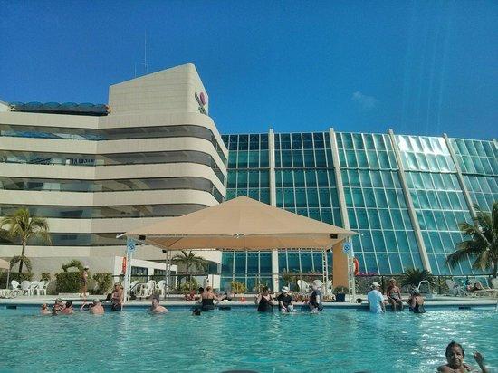 Crown Paradise Club Cancun : Piscina con bar en el primer piso