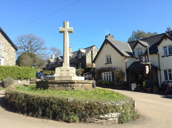 Village centre, War Memorial with The Durant Arms