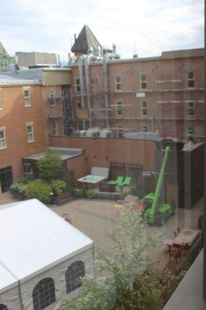 Hotel Chateau Laurier: Rénovations vue de la chambre 407. On relaxe dans le spa?