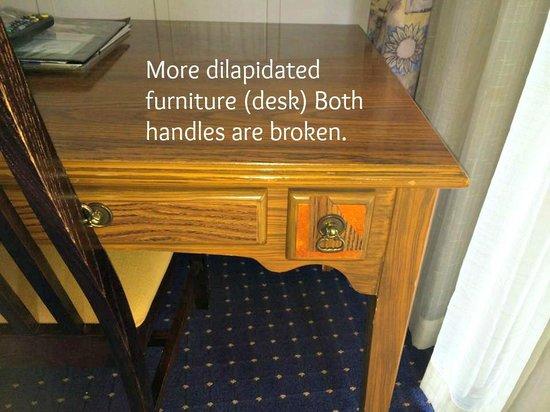 Lighthouse Lodge & Cottages: Broken handles on desk