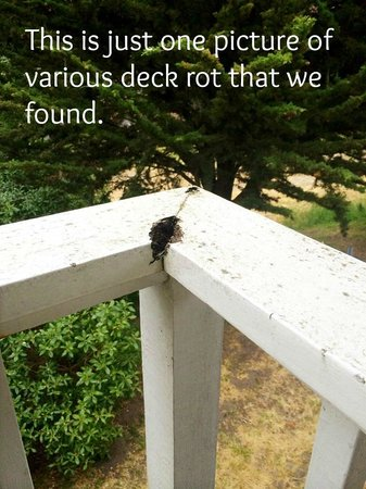 Lighthouse Lodge & Cottages : Dry Rot on all over the deck