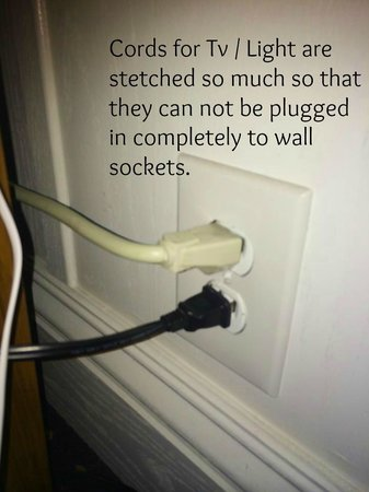 Lighthouse Lodge & Cottages : Cords Stretched can't seat properly in wall plug