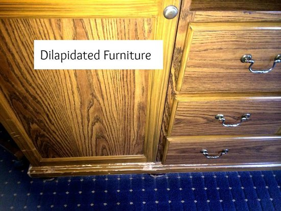 Lighthouse Lodge & Cottages : Furniture falling apart
