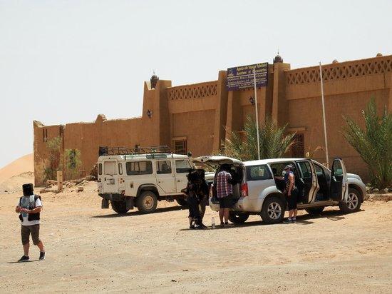 Complexe Touristique de Merzouga: Face à l'entrée de l'établissement
