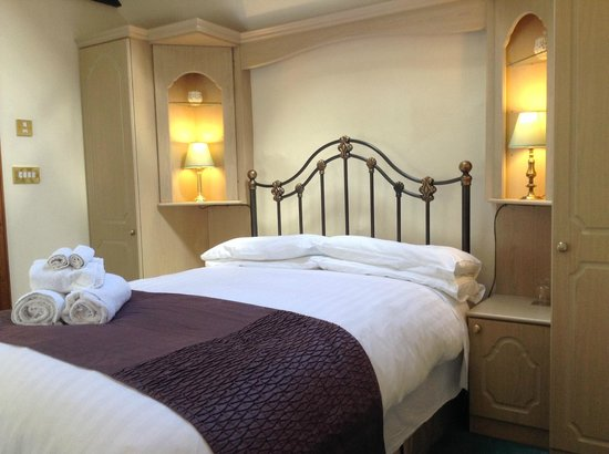 The Durant Arms : Double Room with en-suite bath - The Linney annex