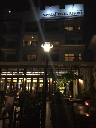 Navalai River Resort: Outside view of the hotel from the River / Restaurant