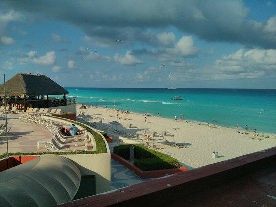 Crown Paradise Club Cancun: Vista desde muestra habitación