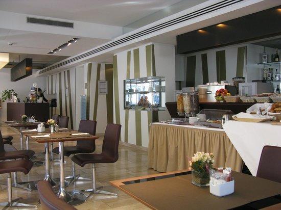 Eurostars Embassy Hotel: Desayunador y recepción