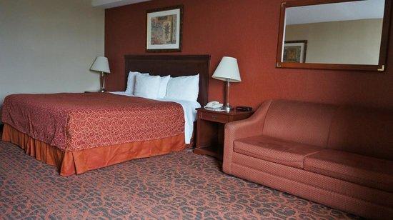 Ramada Niagara Falls/Fallsview: King size bed