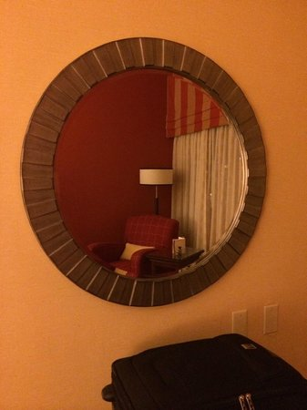 Halifax Marriott Harbourfront Hotel : Sitting area through mirror